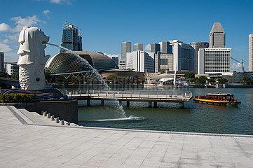 Singapur  Republik Singapur  Merlion Park Wasserspeier in Marina Bay mit Skyline der Innenstadt waehrend Corona-Krise