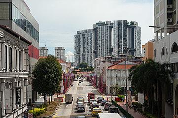 Singapur  Republik Singapur  Stadtansicht mit Verkehr und Gebaeuden im Stadtzentrum waehrend Covid-19