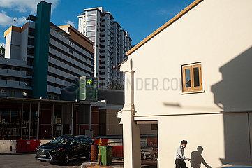 Singapur  Republik Singapur  Mann mit Mundschutz geht eine Strasse im Stadtteil Tanjong Pagar entlang