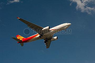 Singapur  Republik Singapur  A330 Frachtflugzeug der Hongkong Air Cargo beim Landeanflug auf den Flughafen Changi
