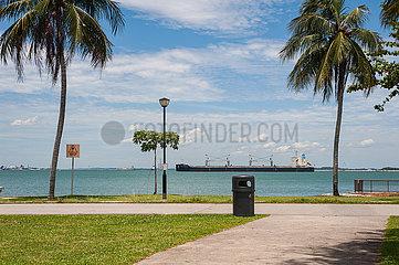 Singapur  Republik Singapur  Schiff faehrt am Ufer des Changi Beach Parks vorbei