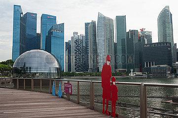 Singapur  Republik Singapur  Stadtansicht mit Skyline des Geschaeftsviertels und Apple Store in Marina Bay