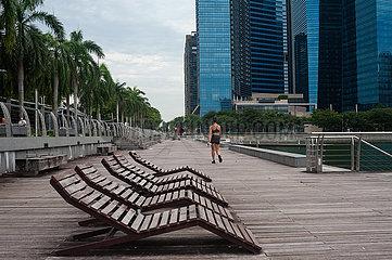 Singapur  Republik Singapur  Leere Liegestuehle entlang der Uferpromenade in Marina Bay waehrend der Coronakrise