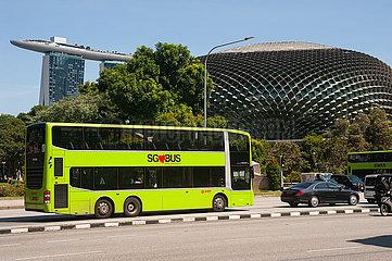 Singapur  Republik Singapur  Strassenszene mit SG Bus im Stadtzentrum um Marina Bay