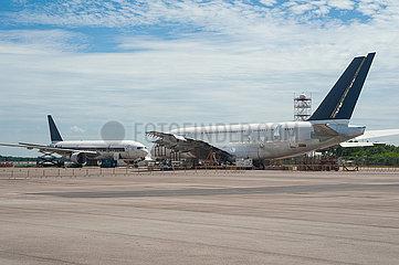 Singapur  Republik Singapur  Demontage von ausser Dienst gestellten Passagierflugzeugen der Singapore Airlines auf dem Changi Exhibition Centre