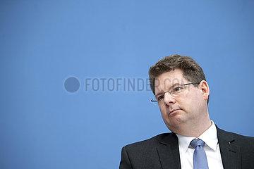 Prof. Oliver Holtemoeller  Wirtschaftsinstitute Prognose