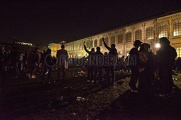 Feiernde nachts an der Alten Pinakothek  Muenchen  17. Oktober 2021