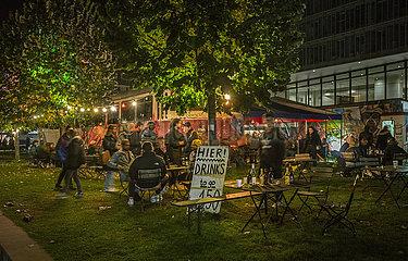 Feiernde nachts im Kunstareal  Muenchen  17. Oktober 2021