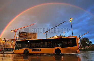 Berlin  Deutschland  Regenbogen ueber der Baustelle am Hildegard-Knef-Platz