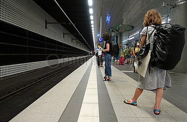 Berlin  Deutschland  Reisende warten auf einem Bahnsteig des Hauptbahnhof auf den Zug