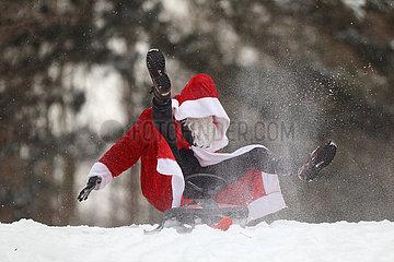 Berlin  Deutschland  Weihnachtsmann faellt von seinem Schlitten