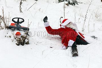 Berlin  Deutschland  Weihnachtsmann ist von seinem Schlitten gefallen