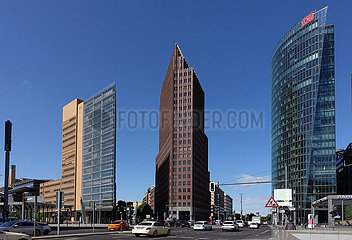 Berlin  Deutschland  Gebaeude am Potsdamer Platz: Atrium-Tower  Kollhoff-Tower und Bahn-Tower (von links)