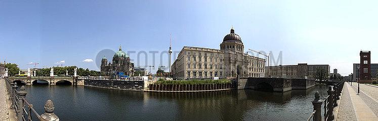 Berlin  Deutschland  Panoramaaufnahme: Berliner Dom  Fernsehturm und Berliner Stadtschloss an der Spree