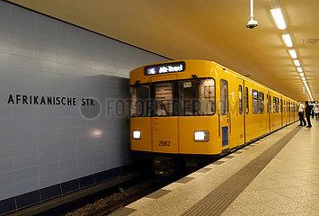 Berlin  Deutschland  U-Bahn der Linie 6 faehrt in den Bahnhof Afrikanische Strasse ein
