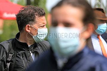 Magdeburg  Deutschland  Menschen tragen OP-Masken im Freien