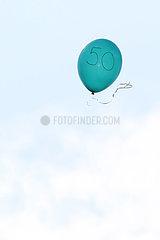 Dresden  Deutschland  Luftballon mit der Zahl 50 fliegt davon