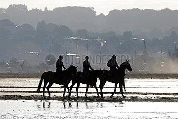 Deauville  Silhouette: Freizeitreiter bei einem Ausritt am Strand