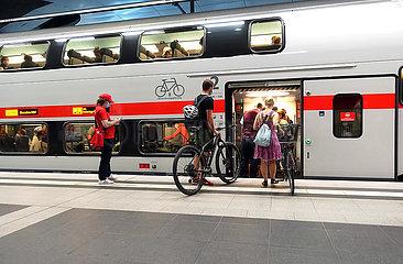 Berlin  Deutschland  Reisende steigen im Hauptbahnhof in das Fahrradabteil einen IC Doppelstockwagen ein
