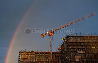 Berlin  Deutschland  Regenbogen am Morgen ueber einem im Bau befindlichen Buerogebaeude