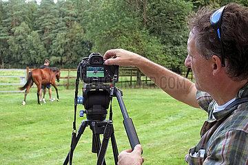 Soltau  Deutschland  Mann dreht ein Verkaufsvideo von einem Pferd