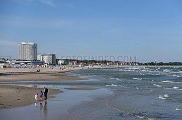 Warnemuende  Deutschland  Blick auf den Strand mit dem Hotel Neptun