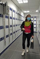 Berlin  Deutschland  Frau schaut sich suchend in der Gepaeckaufbewahrung im Hauptbahnhof um