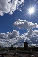 Berlin  Deutschland  Sonne scheint am wolkigen Himmel ueber der Stadt