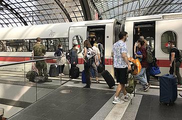 Berlin  Deutschland  Reisende auf einem Bahnsteig im Hauptbahnhof