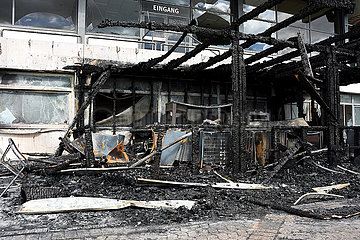 Hannover  der zerstoerte Gastronomie-Anbau an der Tribuene der Galopprennbahn Neue Bult nach einem in der Nacht ausgebrochenen Brand