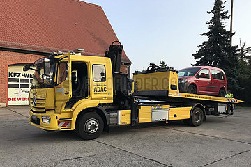Ziesar  Deutschland  Auto mit Motorschaden wird von einem LKW des ADAC auf den Hof einer KFZ-Werkstatt abgeladen
