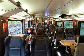 Berlin  Deutschland  Menschen in einem Inter City 2 der Deutschen Bahn