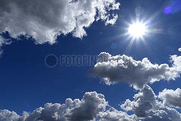 Berlin  Deutschland  Sonne scheint am wolkigen Himmel