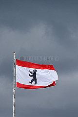 Hoppegarten  Deutschland  Fahne des Bundeslandes Berlin vor grauem Himmel