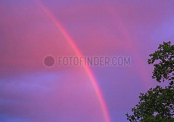 Berlin  Deutschland  Regenbogen in der Morgendaemmerung