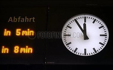 Berlin  Deutschland  Bahnhofsuhr zeigt fuenf Minuten vor Zwoelf