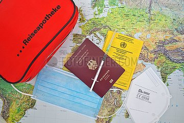 Weltkarte  Reiseapotheke  OP Maske  Europäischer Reisepas  Spritze und Impfbuch  FFP 2 Maske  München  Bayern  Deutschland  Europa | World map  first-aid kit  surgical mask  European passport  syringe and vaccination book  FFP 2 mask  Munich  Bavaria  G