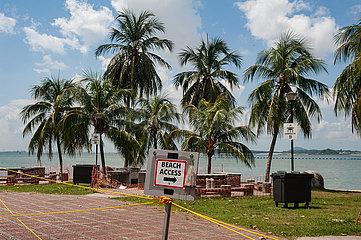 Singapur  Republik Singapur  Abgesperrter Bereich im Changi Beach Park waehrend der Coronakrise