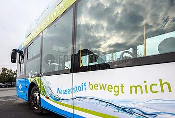 Wasserstoffbus tankt H2 Wasserstoff an einer mobilen H2 Wasserstofftankstelle  Muenster  Nordrhein-Westfalen  Deutschland