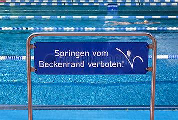 Springen vom Beckenrand verboten  Freibad  Hagen  Nordrhein-Westfalen  Deutschland